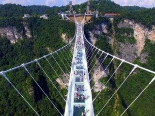 Çin'de inşa edilen cam köprü iki haftada kapatıldı