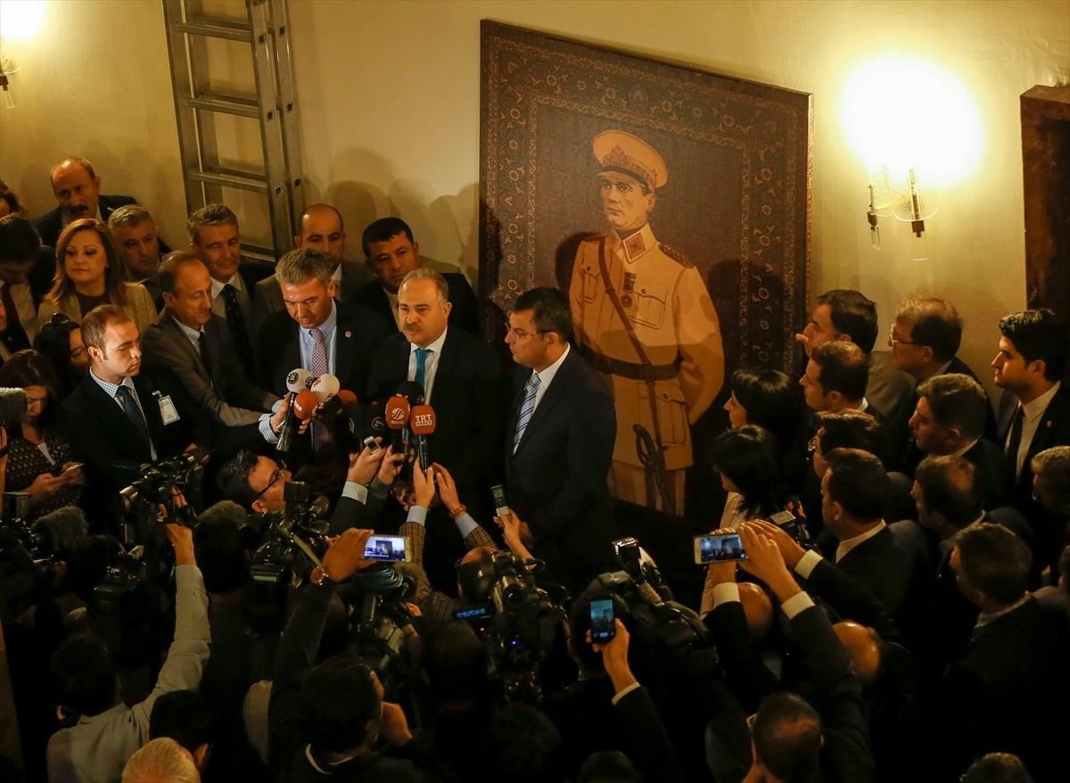 CHP'li vekiller muhalefet kulisine Atatürk resmi astı