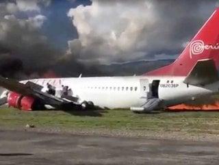 Peru'da içinde 141 yolcu bulunan uçak alev aldı