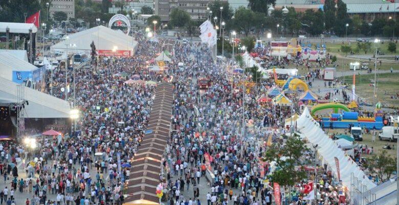 Büyük festivalde ünlü yağmuru