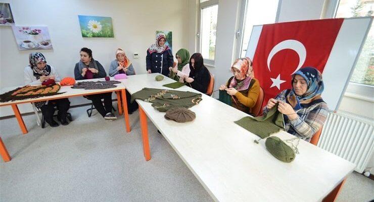 Mehmetçiğe kolilerce atkı bere