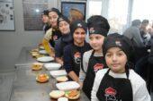 Türk ve Suriyeli çocuklar el ele yemek yaptı