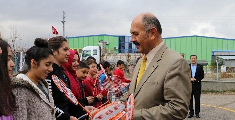 Badminton Federasyonu'ndan Saracalar İlkokulu'na Malzeme Desteği