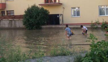 Biriken Yağmur Suyu Çocuklara Oyun Alanı Oldu