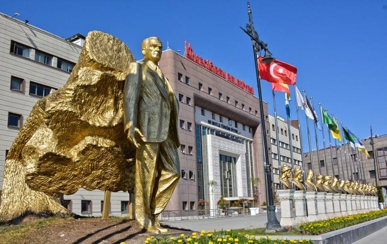 Keçiören'deki Türk Büyükleri Anıtı Yenilendi