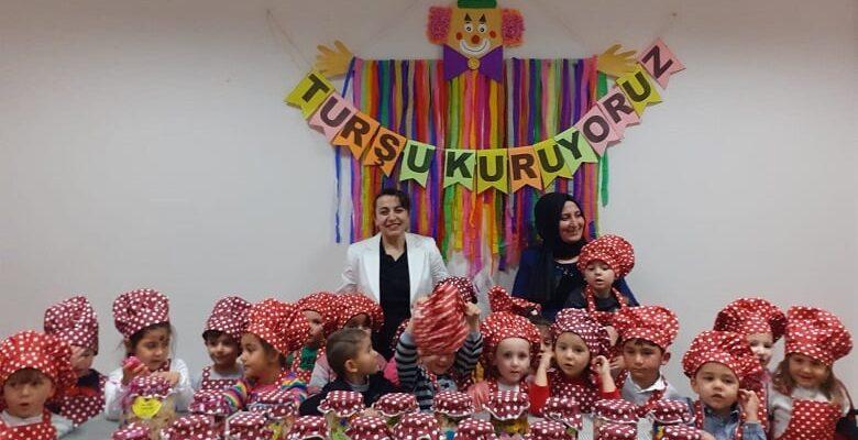 Anneler ve Çocukları Turşu Kurdu