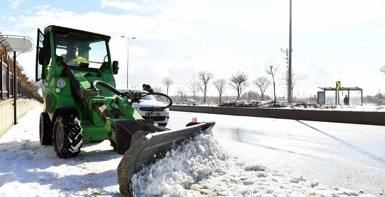 Büyükşehir'den yol, kaldırım ve üst geçitlerde kar temizliği