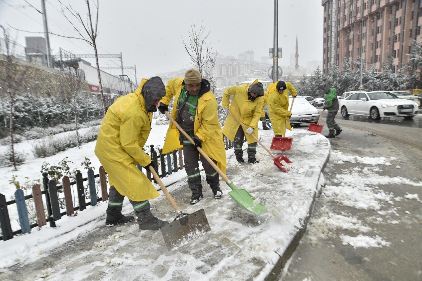 Mamak'ta karla mücadele ekipleri iş başında