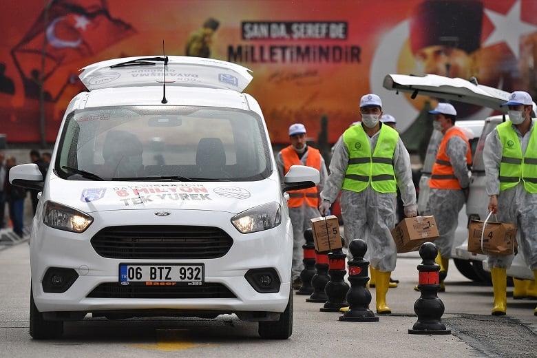 Büyükşehir Belediyesi yardımları dağıtmaya başladı