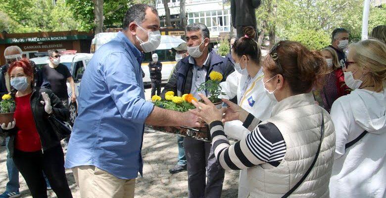 Alper Taşdelen anneleri çiçeklerle karşıladı