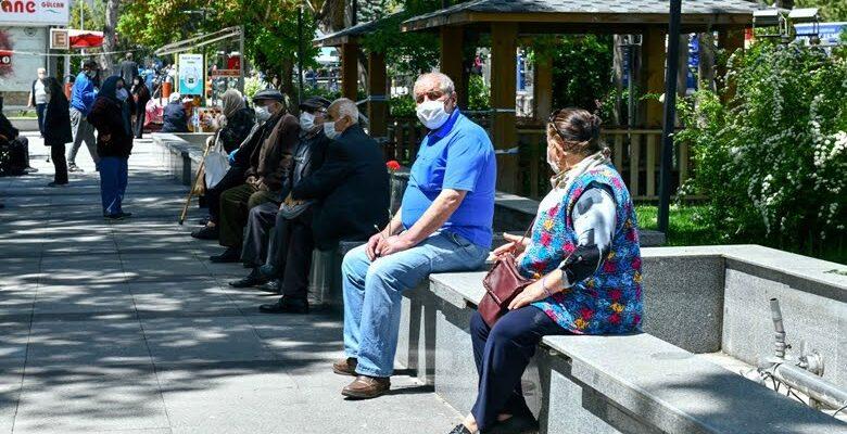 Büyükşehir Belediyesi 65 yaş üstü vatandaşlara maske dağıttı