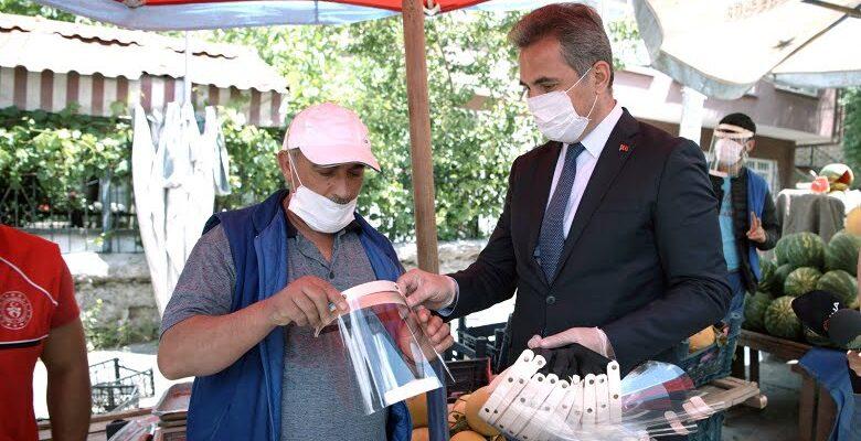 Başkan Köse, pazarcı esnafı ile kuaförlere siperlik ve maske dağıttı
