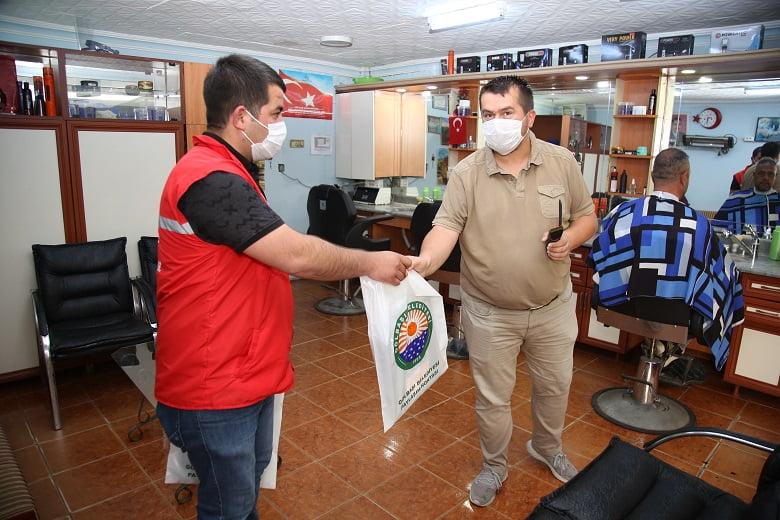 Gölbaşı Belediyesi Berber ve Kuaförlere Önlük Dağıttı