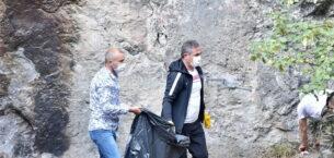 Eldiveni giydi, kanyonu çöplerden temizledi