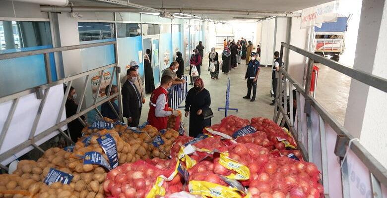Gölbaşı Belediyesi üreticiden aldığı ürünleri ihtiyaç sahipleri ile buluşturdu…