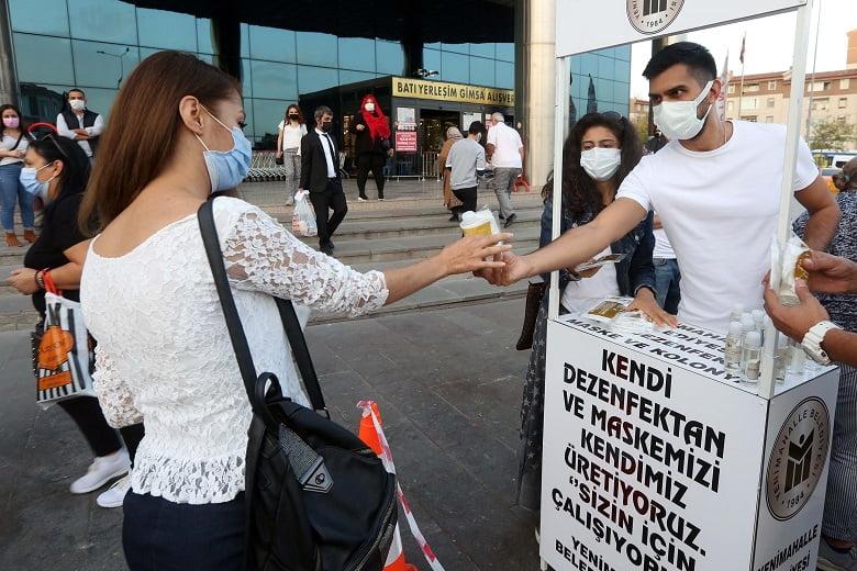 Yenimahalle'den metro istasyonlarında maske dağıtımı