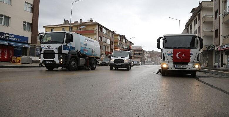 Gölbaşı Belediyesi salgın sürecinde de temizlik çalışmalarına ara vermeden devam ediyor