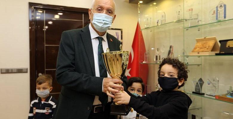 Başkan Yaşar'dan maske tasarlayan miniklere ödül