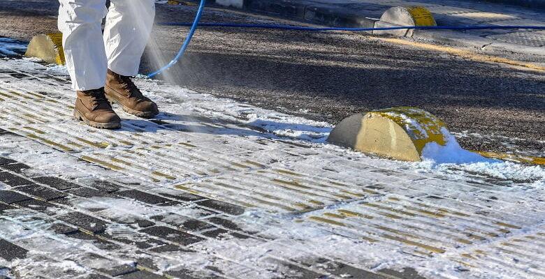"""Büyükşehir tarafından üretilen buz çözücü solüsyon """"Belçöz"""" yol ve kaldırımlarda"""