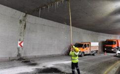 Başkent'te buz sarkıtları temizleniyor