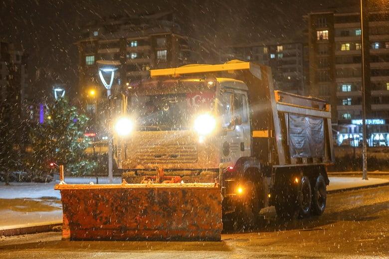 Yenimahalle'den kesintisiz kar mesaisi