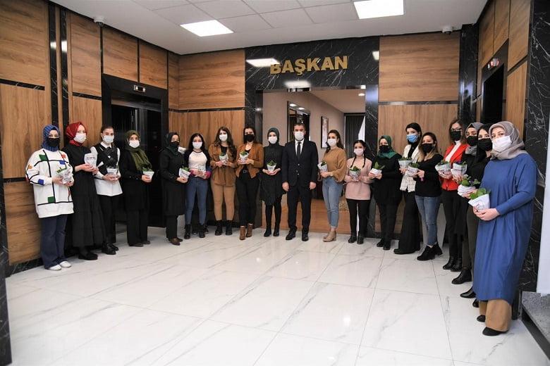 Kadınlar Günü Çiçeği Başkan Ertuğrul Çetin'den