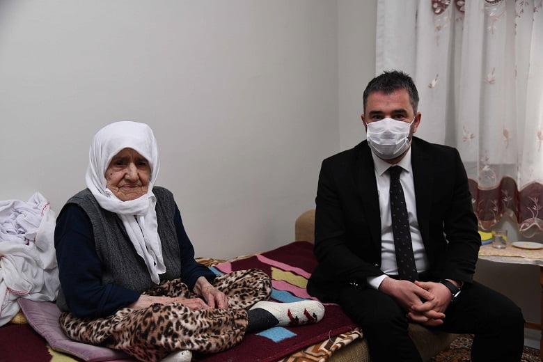 Başkan Ertuğrul Çetin'den 111 Yaşındaki Asırlık Çınar Fatma Anayurt'a Anlamlı Ziyareti