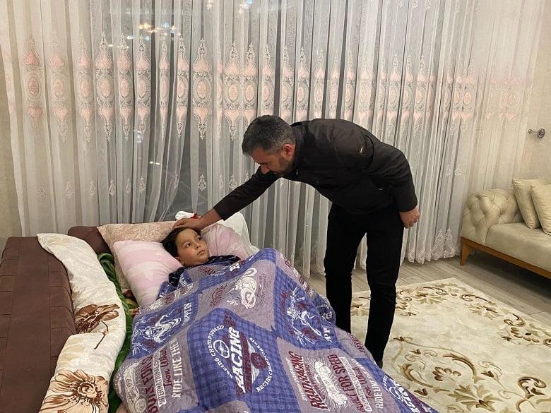 Başkan Ertuğrul Çetin Trafik Kazası Geçiren Burak Mete'yi Ziyaret Etti