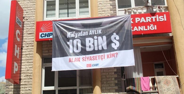 "CHP'den '10 bin dolar alan siyasetçi kim?"" pankartı"