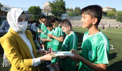 Kitap, spor ile bir araya geldi… Antrenman öncesi kitap okudular