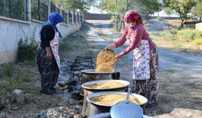 İlk hasatın buğdayları kazanlarda kaynatılmaya başlandı