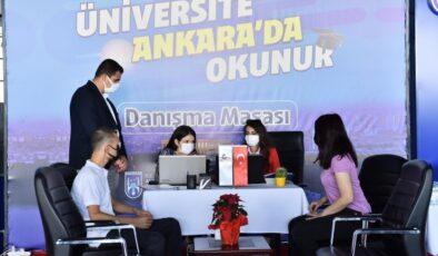 Büyükşehir üniversite öğrencilerini danışma masasında karşılıyor