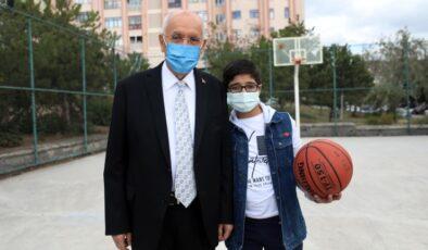 Başkan Yaşar'dan Enes'e pota altında doğum günü